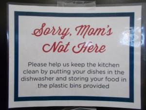 """""""Sorry, Mutti ist nicht da"""". Hinweisschild zum Sauberhalten der Gemeinschaftsküche in New York"""