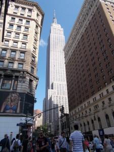 Das Empire State Building von einem Block Entfernung betrachtet.