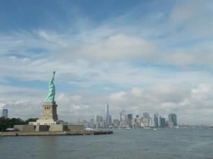 Die Freiheitsstatue vor dem Hintergrund der Skyline Manhattans