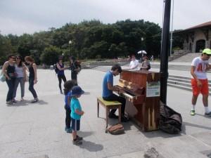 Roman spielt auf dem öffentlichen Klavier